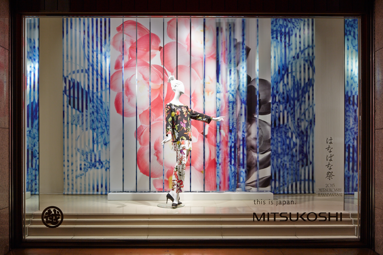 Window Display in Mitsukoshi 01
